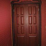 Двустворчатая дверь с резными наличниками и резной аркой